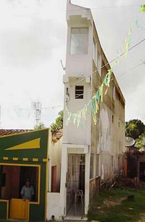 Narrow House in Madre de Deus