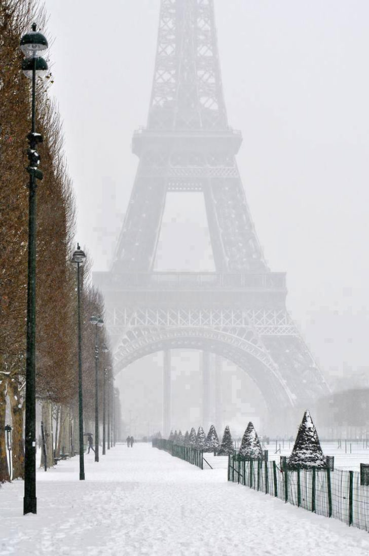 effiel tower paris winter snow